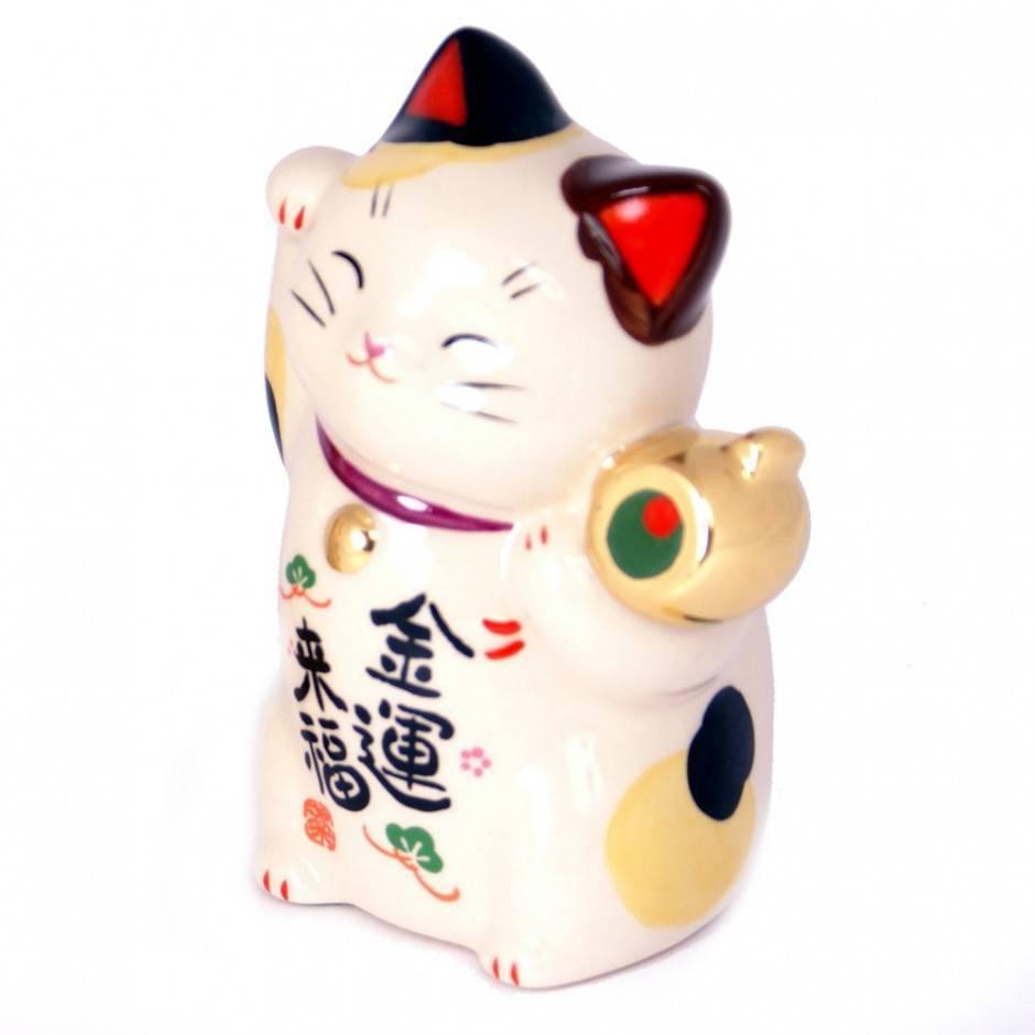 Котик с поднятой лапой у головы: японская или китайская статуэтка манеки нэко, каково ее значение?
