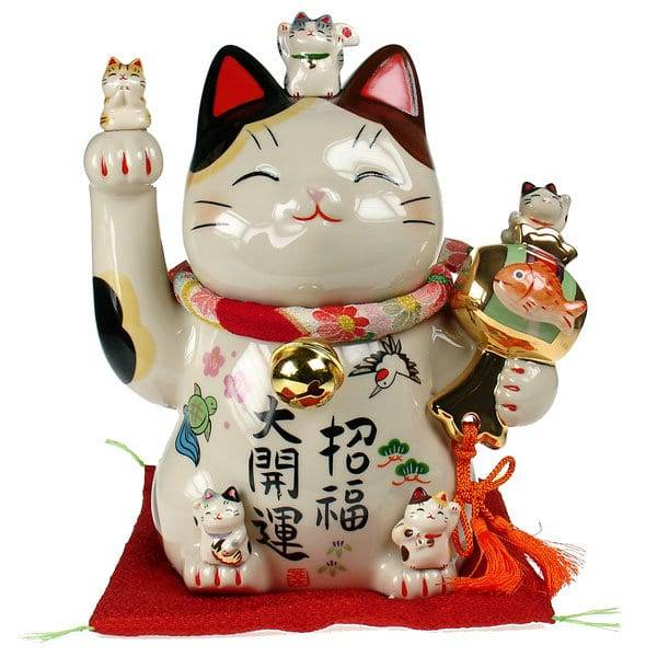 Манэки нэко, кот с поднятой лапой у головы, – это китайская или японская статуэтка?
