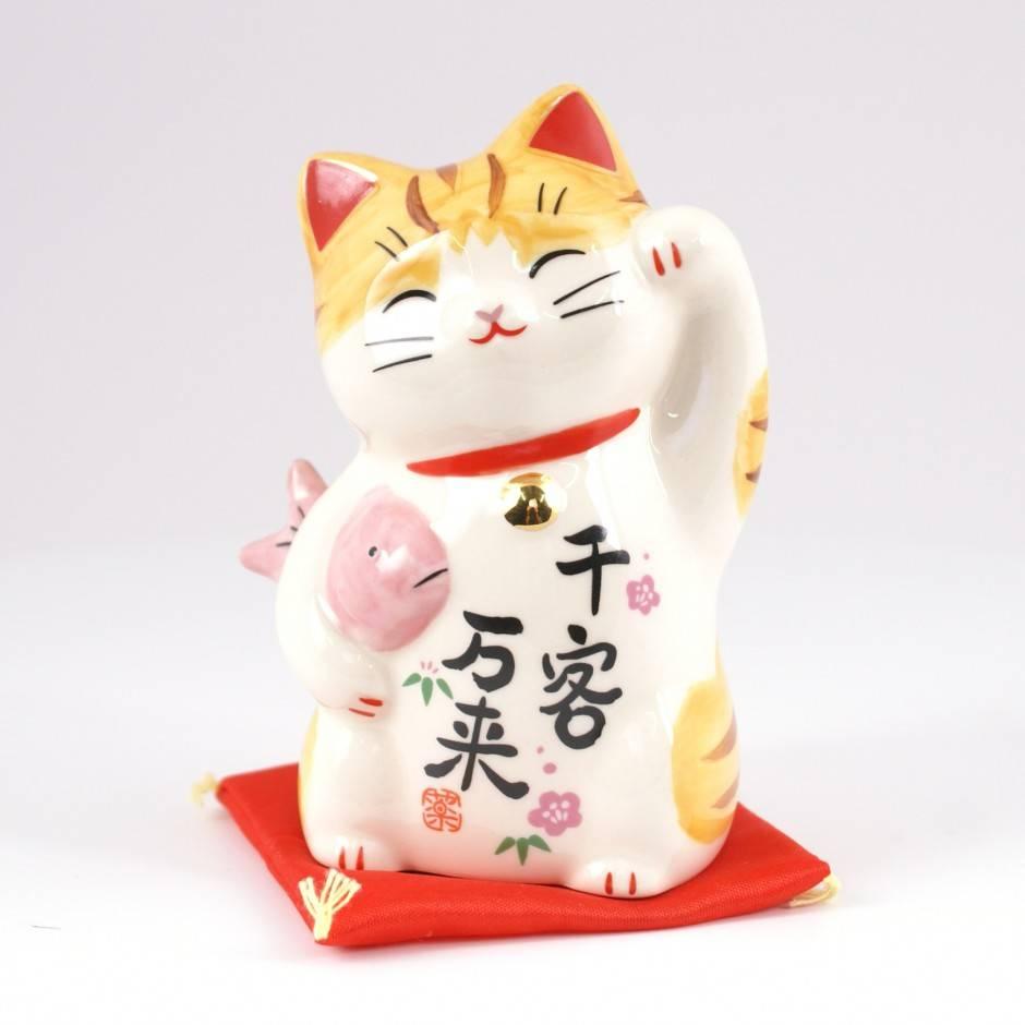 Манэки-нэко — японский кот с поднятой лапой, приманивающий счастье