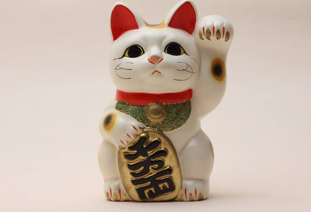 Манеки-неко: японская кошка с поднятой лапкой, приносящая удачу