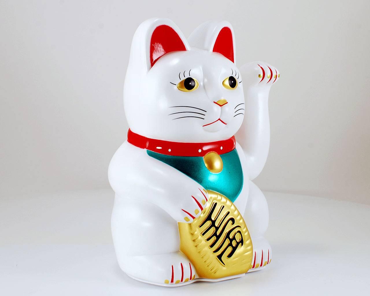 Манеки неко — японская кошка с поднятой лапой
